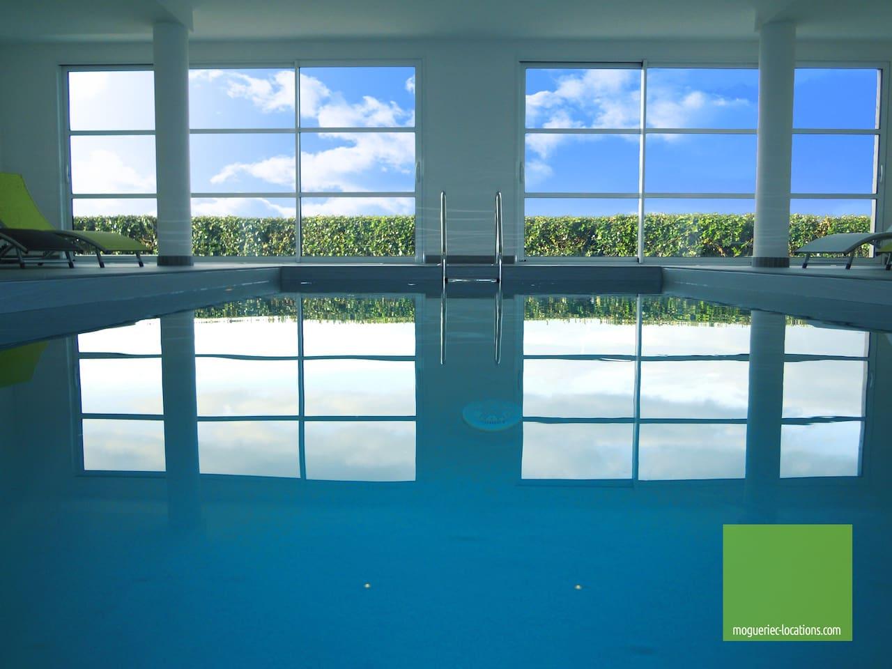 """Piscine Intérieure chauffée à 28 degrés toute l'année. elle mesure 7 m *3.50 m. La pièce piscine fait 60 m2 et est chauffée toute l'année. Accès direct sur l""""extérieur."""