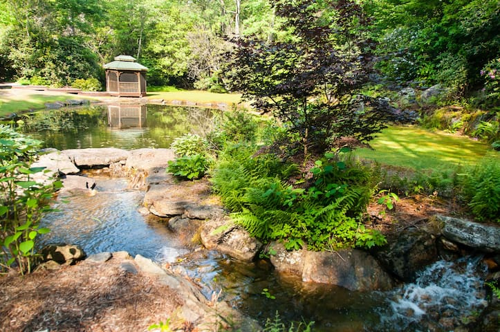Mountain Home with Pond, Stream and Waterfall - Sapphire - Kabin