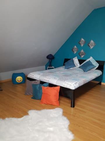 Chambre lit 1,60 M et canapé lit.