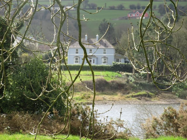 Private House by the lake - Coachford - Zomerhuis/Cottage