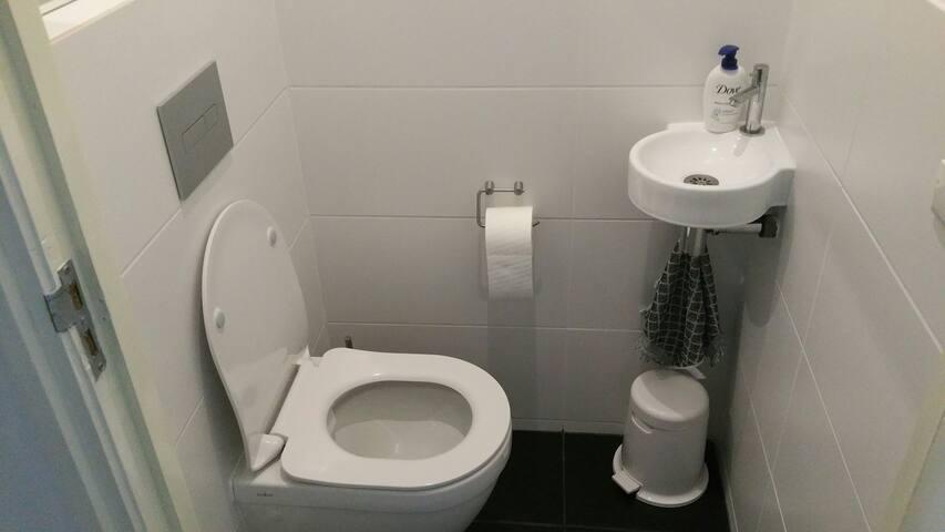 Toilet direct onder aan de trap