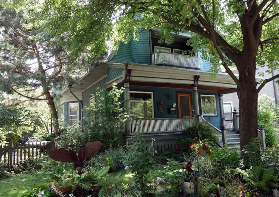 Beautiful 1897 Victorian home in a safe, quiet, friendly neighborhood. Walking distance to public transportation, schools, shopping. Easy commute to downtown Chicago; blocks away from free shuttle to Northwestern University. Short walk to the lake.