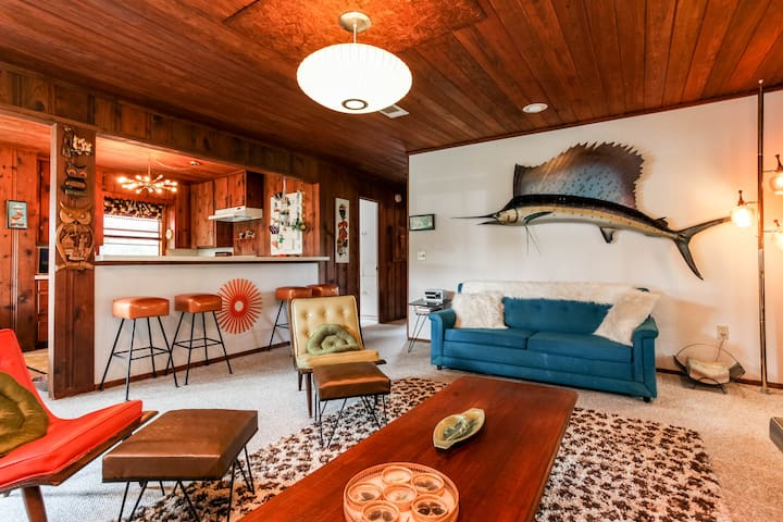 Groovy 60's Waterfront Lake House - Marble Falls - Rumah