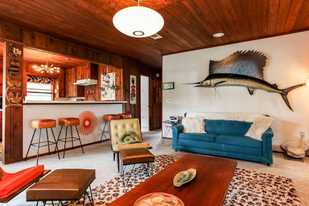 Groovy 60's Waterfront Lake House - Marble Falls - Casa
