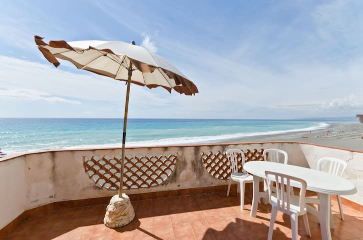 Seafront Penthouse in Sicily!!! - Giardini Naxos - Daire