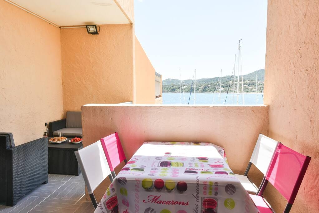 Terrasse en L de 9 m2 avec salon de jardin,barbecue et table!