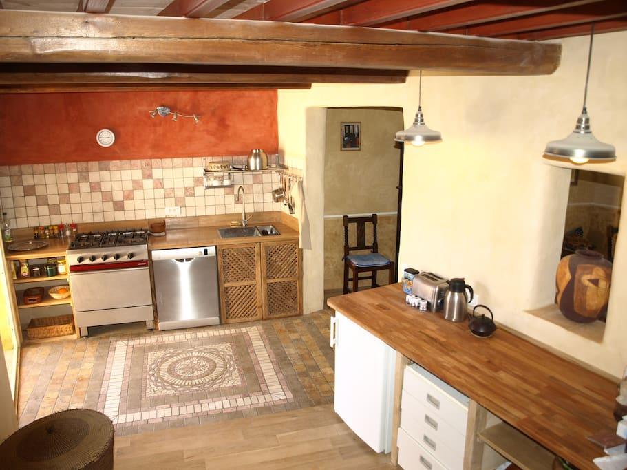 La grande cuisine avec ses 2 plans de travail et sa mozaïque au sol