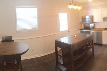 Cozy Townhome - Minutes from Sullivan's Island! - Adosado