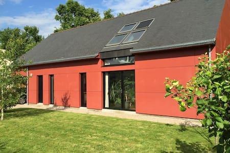 Loft rouge avec jardin - Malestroit