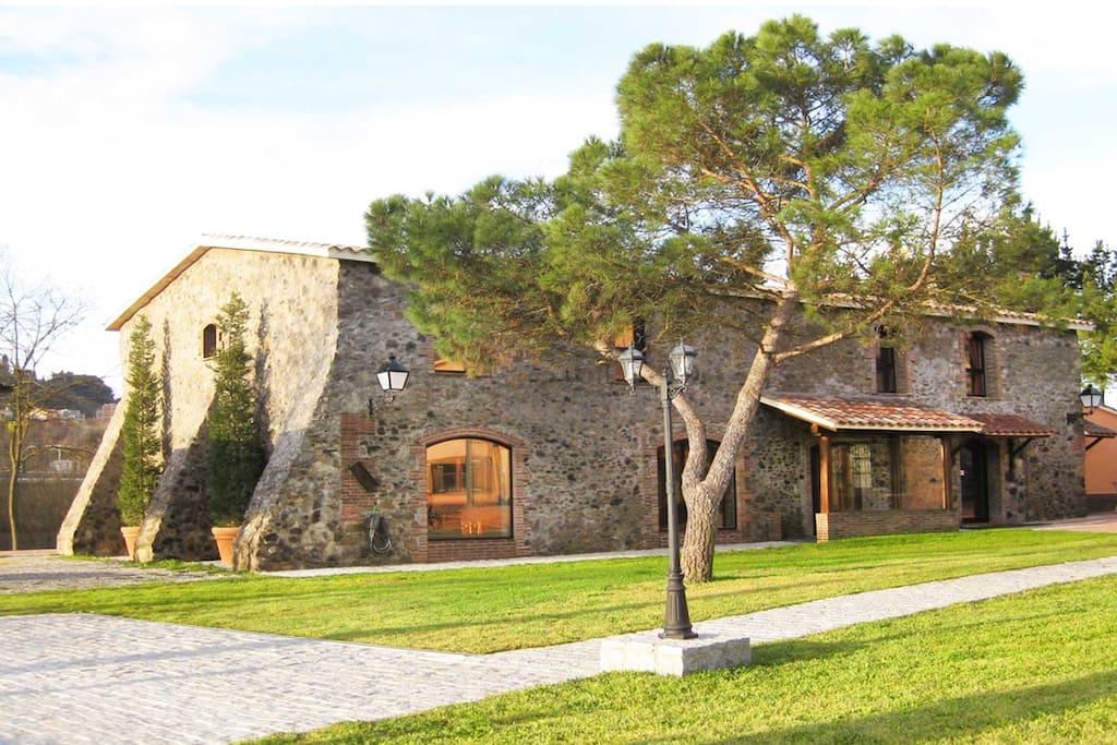 Mas Caputxa: Casa de Piedra por la entrada principal