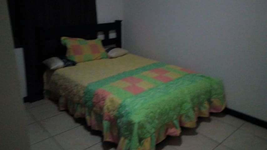 Spacious room with private parking - Heredia - Appartement
