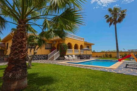 Amplio Chalet con gran piscina y jardin
