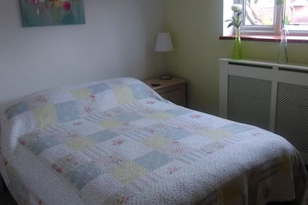 Sunny double bedroom in attractive New Forest home - Brockenhurst - Casa