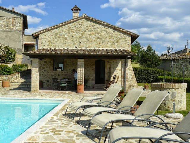 Charming restored tuscan barns with pool - Poggibonsi - Huis