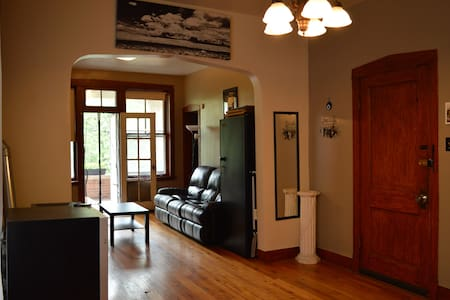 Room type: Entire home/apt Property type: Apartment Accommodates: 2 Bedrooms: 2 Bathrooms: 1