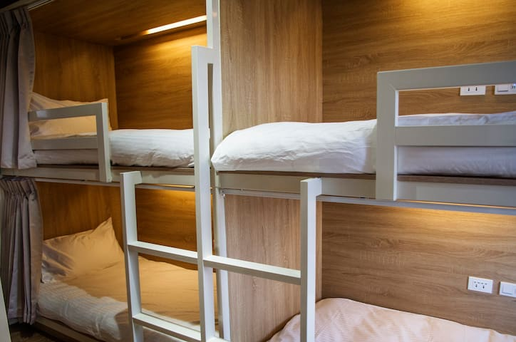 8床混合宿舍間的1個床位 近 高雄火車站 六合夜市 捷運後驛站樓上