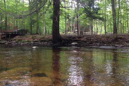 Relaxing Getaway on the Creek: Fireplace, Jacuzzi - Bushkill