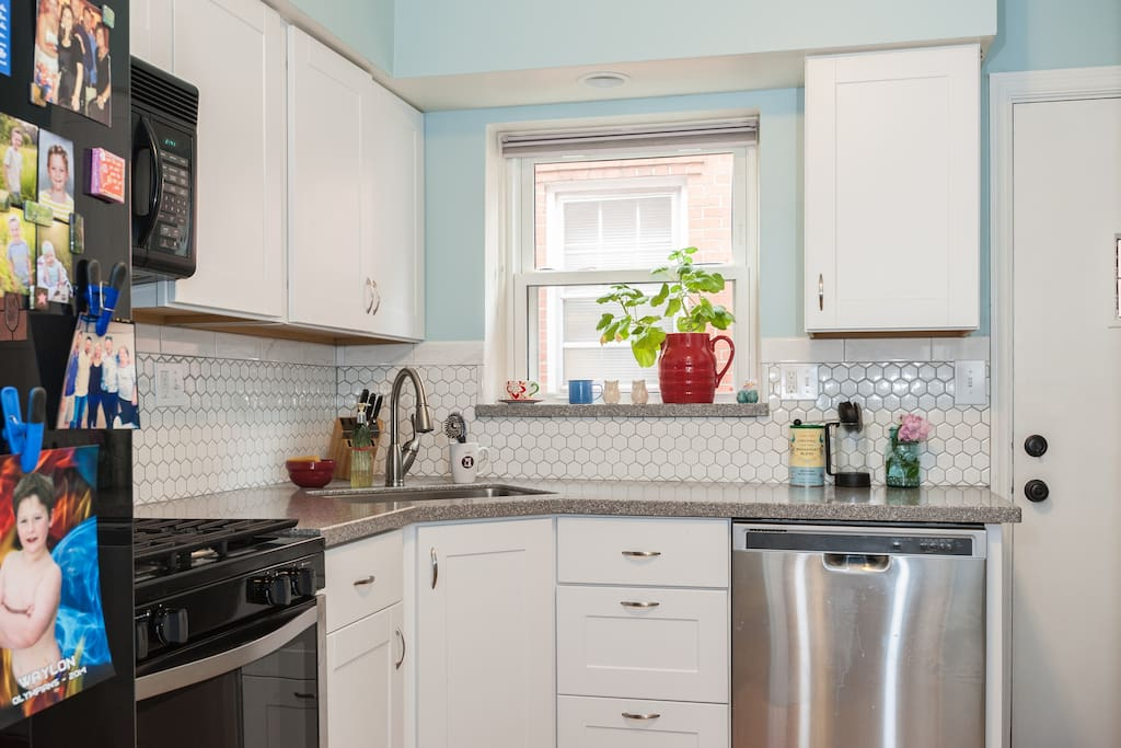 Bright, cheerful kitchen with coffee and tea available for guests. Bring a travel mug and you can wander the (free) zoo in the morning that's only a 3 block walk from my front door! It's one of my favorite things to do with an open morning. :)