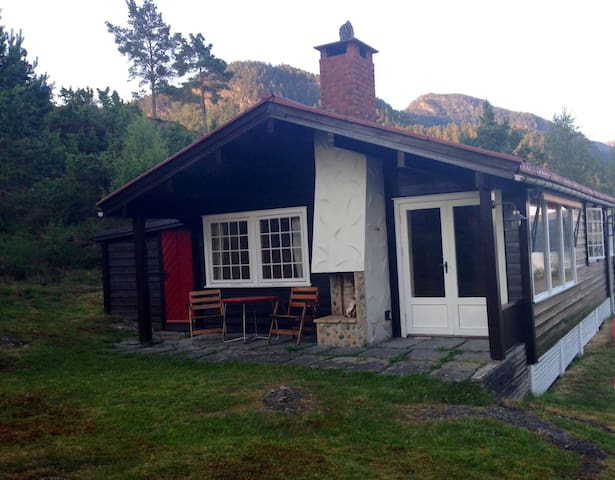 Beatiful cottage with fjord view - Imslandssjøen