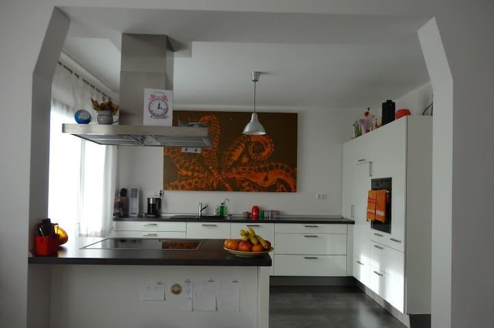 Doppelhaushälfte mit Garten in ruhiger Lage - Bietigheim-Bissingen - Hus