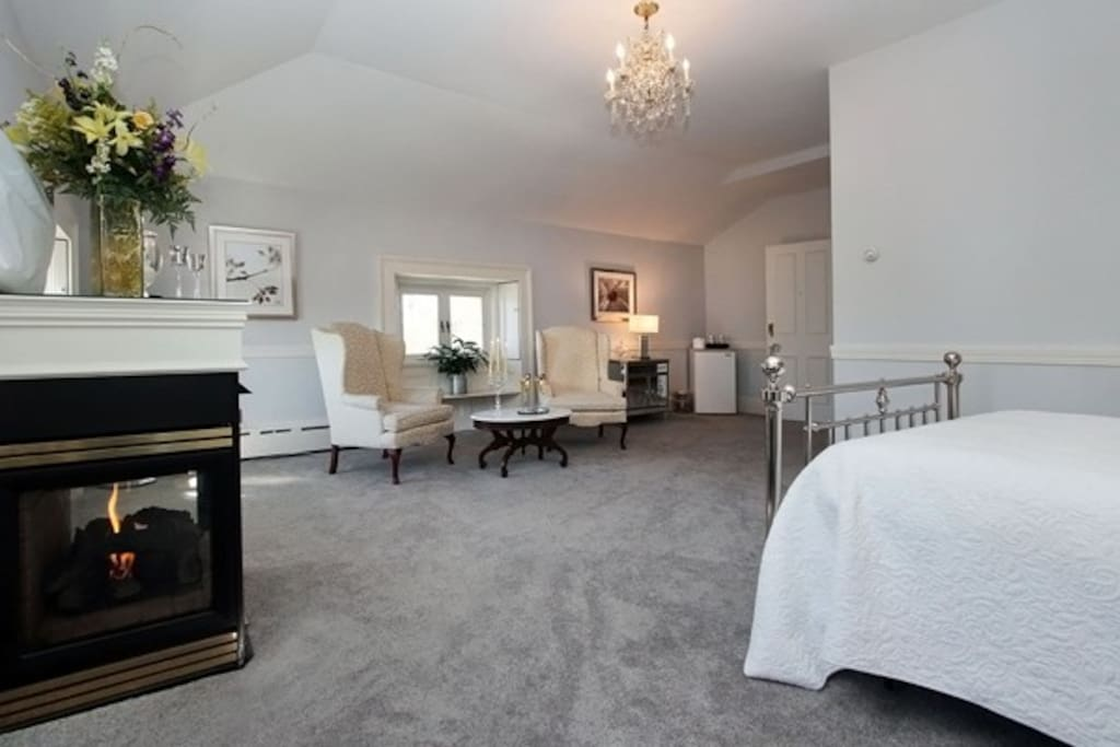 Queen bed, carpet, 3rd floor private