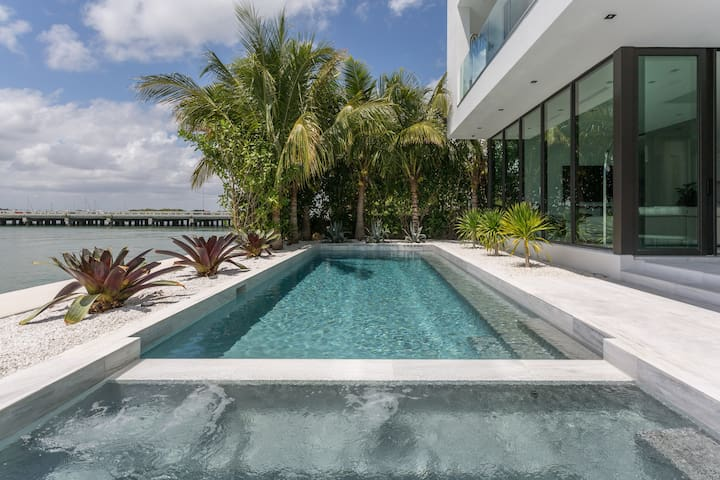 Exclusive 5 bed/ 6 bath w/ pool on the bay - North Bay Village - Haus