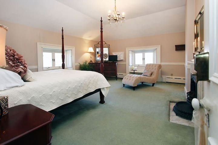 Queen bed, carpet and 3rd floor, very private
