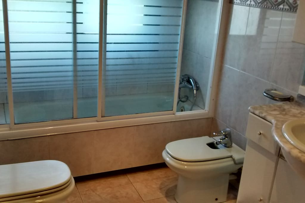 The bathroom which is shared when my double room is also rented.  Baño con bañera