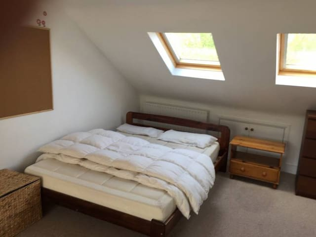 Huge Crouch End attic bedroom & private bathroom