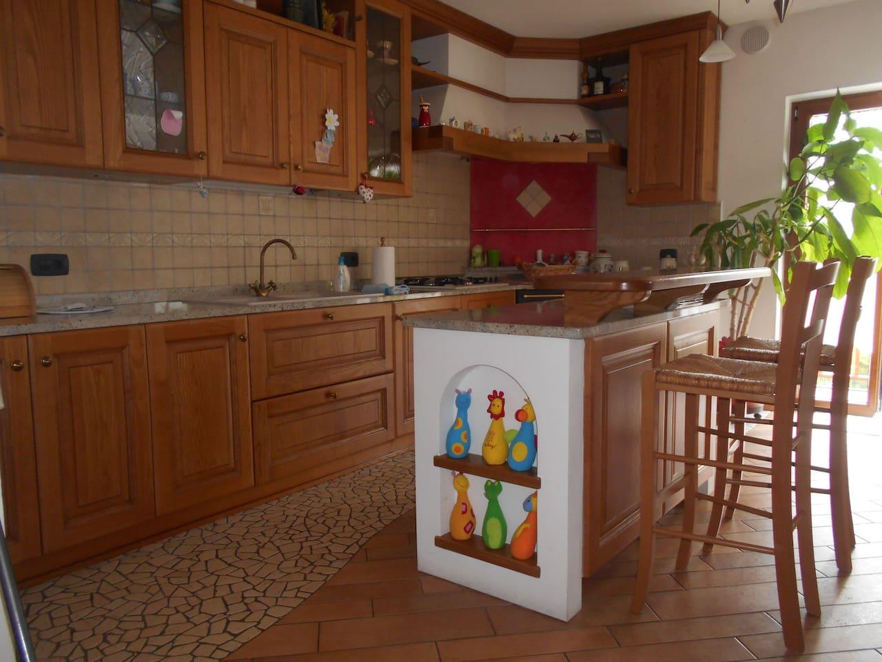La cucina, completa di forno, frigorifero, lavastoviglie