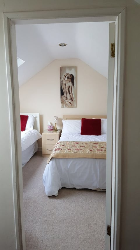 Comfortable Treble Bedroom with Wifi & Parking