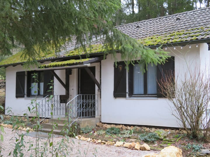 Stonierbar Försterhaus im Wald mit Wellness