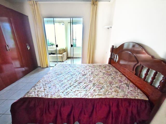 Quarto 2- cama de casal grande, guarda roupas grande e ventilador de teto.