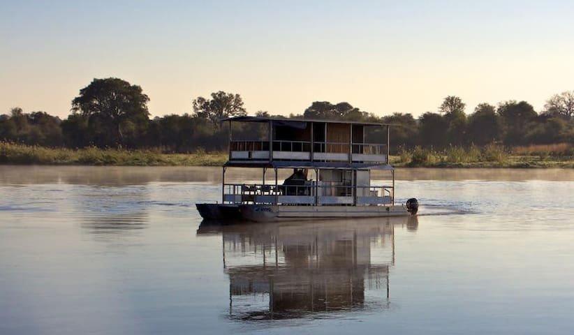 Ndhovu Safari Lodge Houseboat Safari