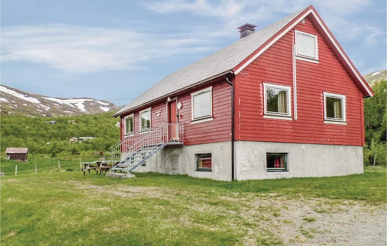 Holiday cottage with 6 bedrooms on 140m² in Tyinkrysset