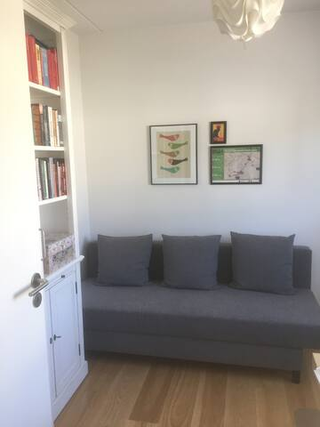 Cozy room in new apartment - only females/couples!