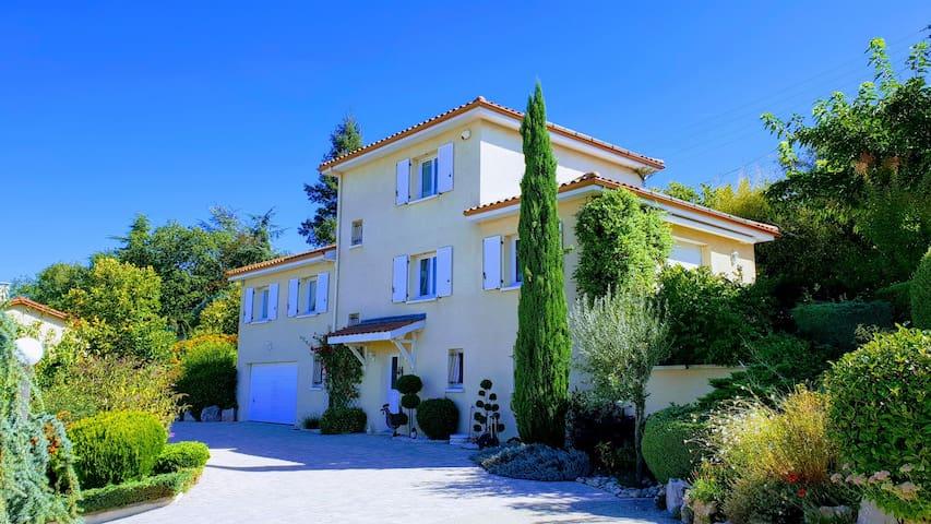 Ternay (Rhône) Une pause sur la route des vacances