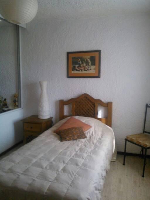 Habitación cama individual con closet