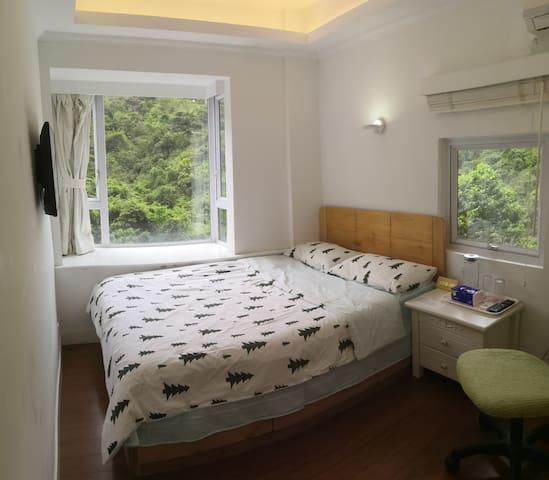 客房B:双人床(+临时幼童床),空调,网络电视,电暖器。