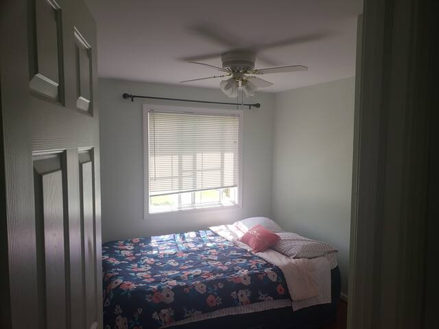 Comfortable cozy guest room! cable & wifi