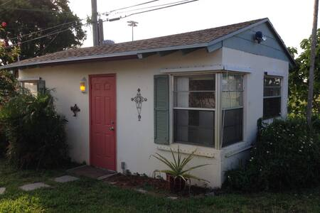 It's a simple space; a little in-law cottage. We live in a quiet neighborhood about 5 minutes from downtown WPB and the same to the beautiful ocean. Publix is a 5 minute walk. There is a separate entrance. You have full access to our pool.