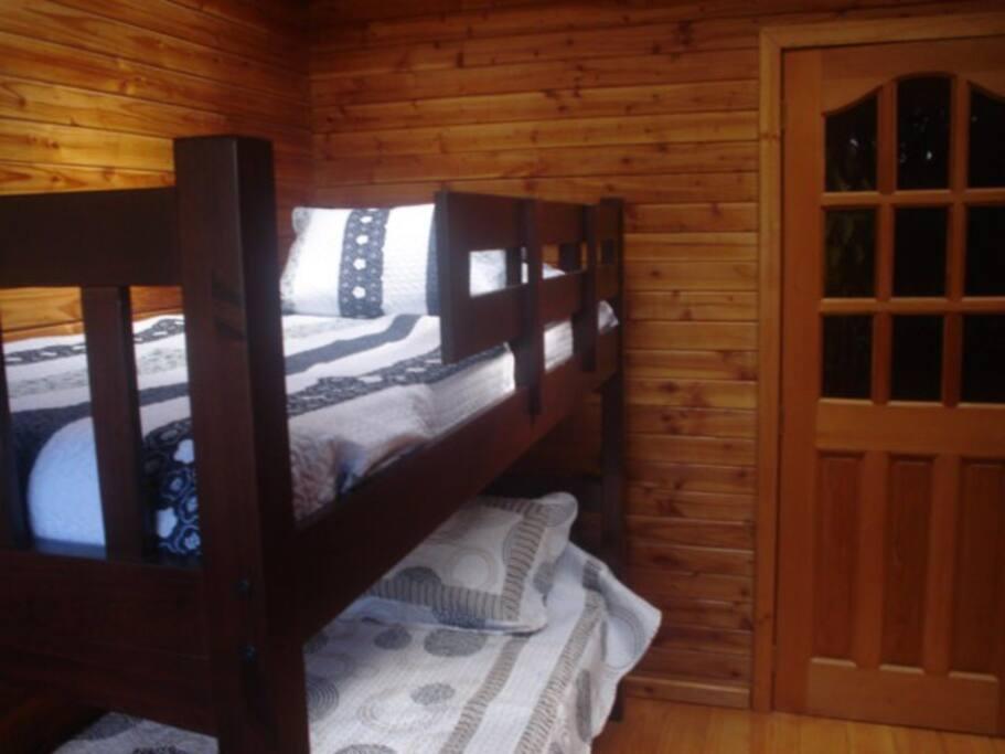 dormitorio para dos personas muy luminoso por techo con ventana