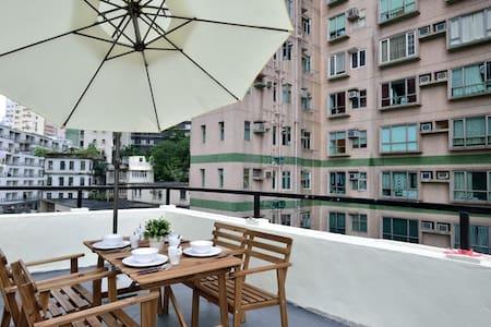 2 BR Flat for 6 ppl w/ HUGE Rooftop