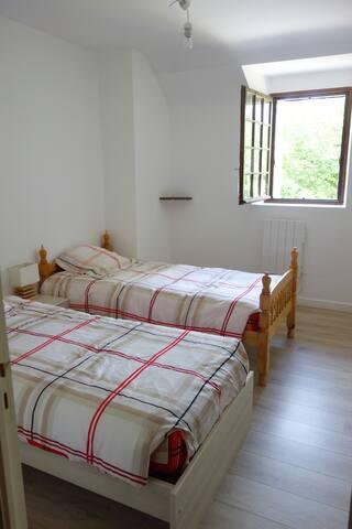 Chambre deux lits une place