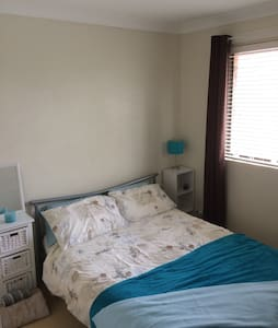 Double room in modern townhouse. - Caringbah