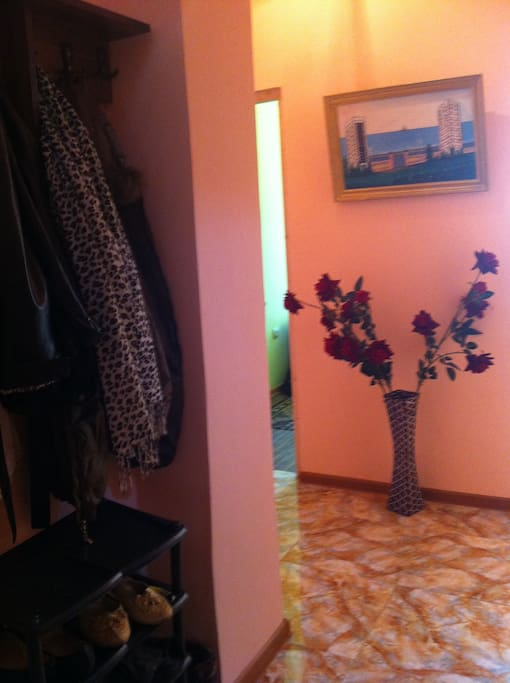 коридор со шкафом для одежды и подставкой для обуви