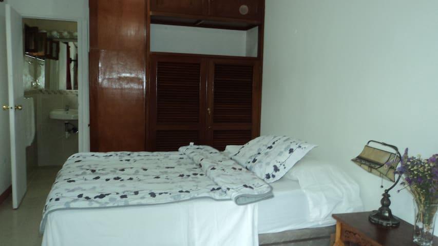 Habitación en el moderno centro - Managua - Bed & Breakfast