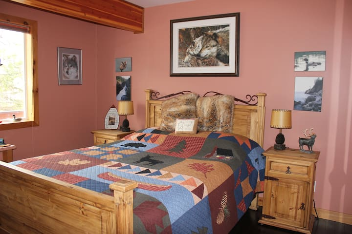 Queen size bed, private ensuite bathroom, TV, wifi.