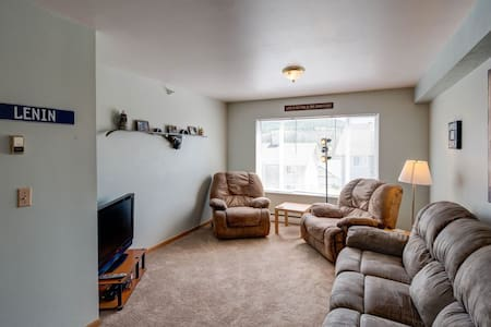 Affordable Big Sky Condo-Day trip to Yellowstone
