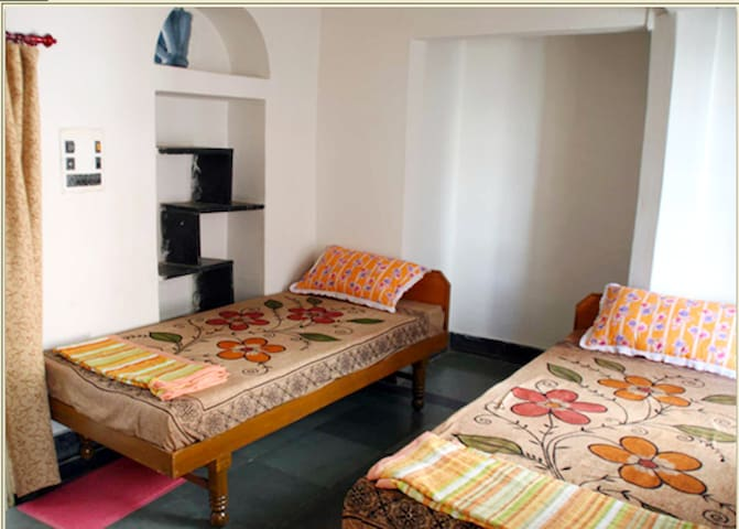 Economical  Room in heritage part of old city - Udaipur - Bed & Breakfast